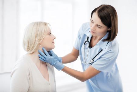 neus: gezondheidszorg, medische en plastische chirurgie concept - plastisch chirurg of arts met de patiënt Stockfoto