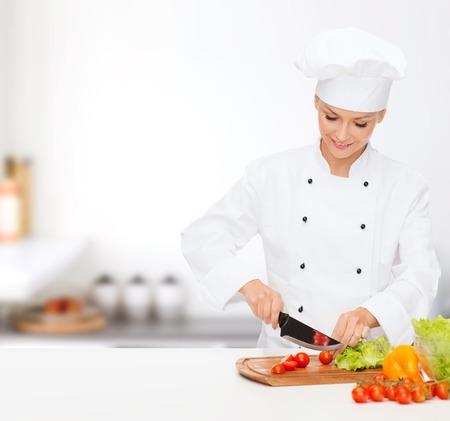 la cuisine et le concept de nourriture - souriant femme chef, cuisinier ou boulanger hacher les légumes
