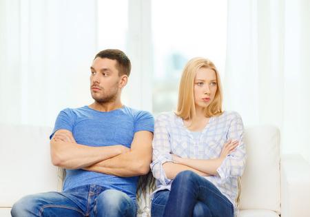 láska, rodina a štěstí koncept - nešťastný pár nemluví poté, co argument, doma