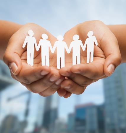 relaties en liefde concept - vrouw handen met het document knipsel team Stockfoto