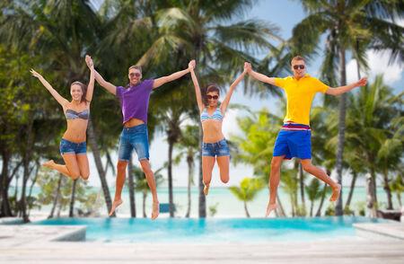 juventud: verano, vacaciones, vacaciones, feliz a la gente concepto - grupos de amigos o parejas que saltan en la playa
