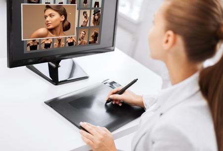 写真、事務所や雑誌のコンセプト - 描画タブレットとコンピューターが自宅やオフィスでの女性のレタッチャー