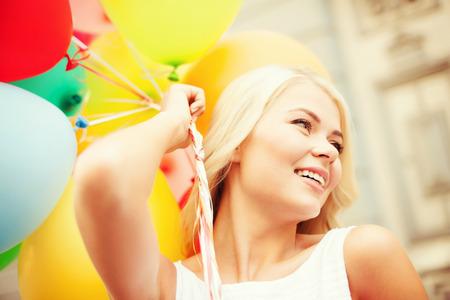despedida de soltera: vacaciones de verano, la celebración y el estilo de vida concepto - hermosa mujer con globos de colores en la ciudad
