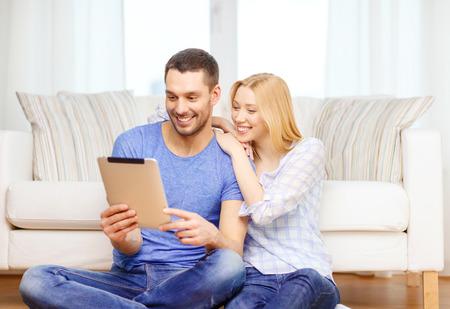愛、家族、技術、インターネット、幸福のコンセプト - 幸せなカップル witl タブレット pc コンピューター、自宅の床に座っての笑顔 写真素材 - 27329422