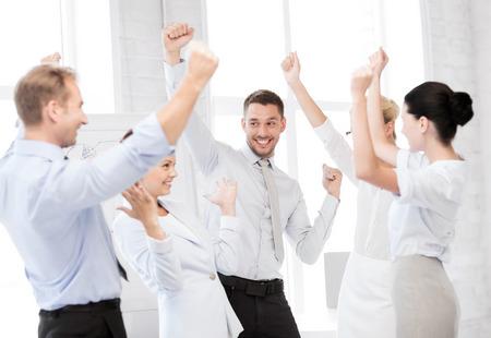 事業コンセプト - オフィスで勝利を祝って幸せビジネス チームの写真