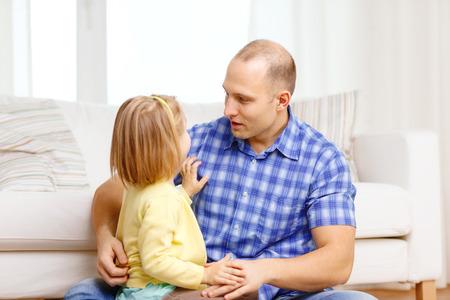 niÑos hablando: familia, niño y concepto de la felicidad - sonriente padre e hija jugando en casa Foto de archivo