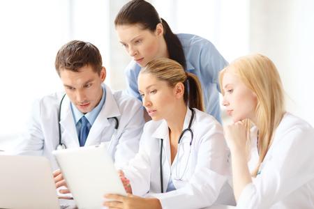 grupo de médicos: cuidado de la salud, el concepto y la tecnología médica - GGroup de médicos con ordenador portátil y tablet pc ordenador en el hospital
