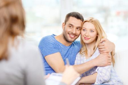 esposas: amor, familia, phychology y concepto de la felicidad - joven pareja abraz�ndose en la oficina psic�logo Foto de archivo