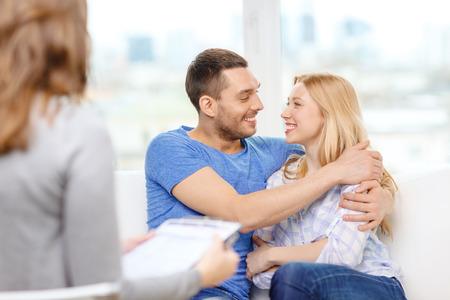 láska, rodina, phychology a štěstí koncept - Mladý pár objímání na psychologa kanceláři Reklamní fotografie