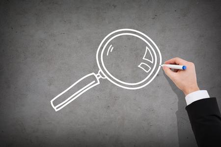 investigacion: negocio e investigación concepto - cerca de dibujo empresario lupa en muro de hormigón