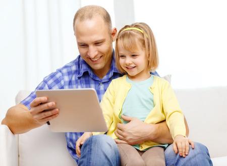 niños platicando: familia, los hijos, la paternidad, la tecnología y el concepto de Internet - feliz padre e hija con la computadora de la tableta de la PC en el hogar