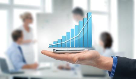技術、インターネット、アプリケーション コンセプト - 仮想チャートとスマート フォンを持っている手