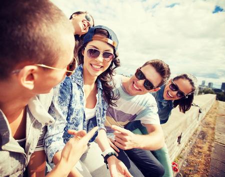 여름 휴가 및 대 개념 - 청소년의 그룹 외부에 매달려 스톡 콘텐츠