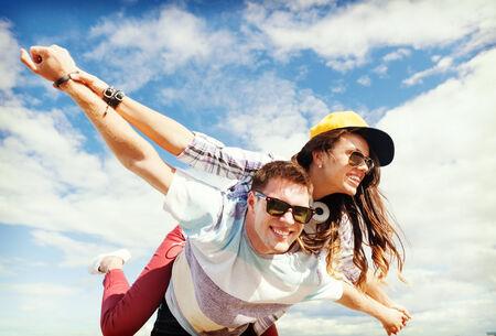 vacaciones de verano y concepto de adolescentes - los adolescentes que se divierten fuera Foto de archivo