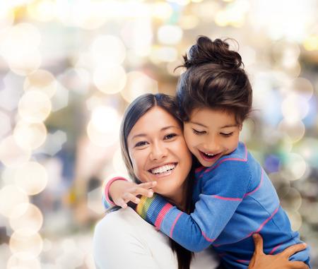 家族、子供と幸せな人々 のコンセプト - 母と娘を抱いて 写真素材 - 27759338