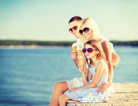 Vacaciones de verano, celebración, niños y concepto - familia feliz comiendo un helado Foto de archivo - 27759836