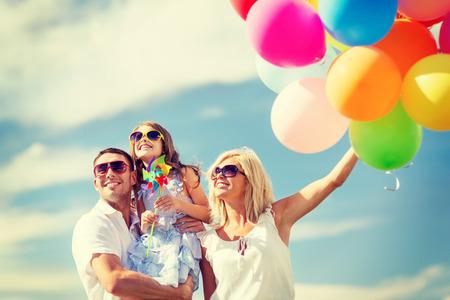 夏季休日、お祝い、子供および人々 コンセプト - カラフルな風船で家族
