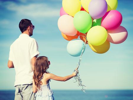 padre e hija: vacaciones de verano, celebraci�n, ni�os y concepto de familia - padre e hija con globos de colores