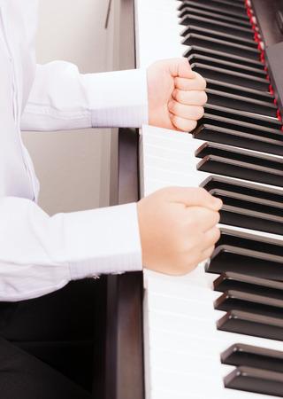 puÑos: la música y el concepto de instrumentos - cerca de los niños las manos en puños que golpean el piano