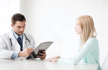 gezondheidszorg en medische concept - mannelijke arts met een patiënt in het ziekenhuis