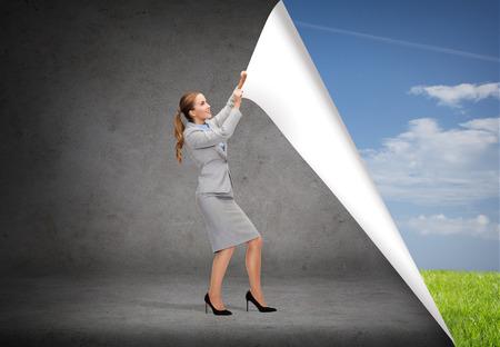 bedrijfsleven en het onderwijs concept - lachend zakenvrouw wisselende decors Stockfoto