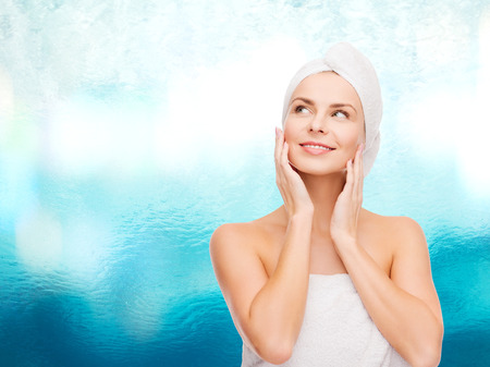 la salud, el spa y el concepto de belleza - mujer hermosa en una toalla