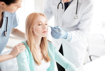 cirujano: imagen brillante de cirujano pl�stico masculino con el paciente