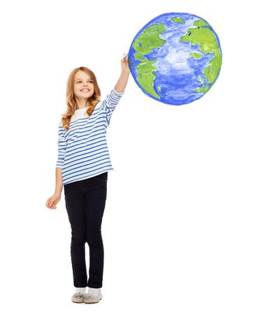 planeta tierra feliz: educaci�n, escuela, d�a de la tierra y la gente feliz concepto - linda ni�a dibujando el planeta tierra en el aire Foto de archivo