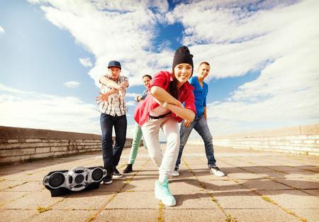 gente bailando: deporte, el baile y el concepto de la cultura urbana - grupo de adolescentes que bailan Foto de archivo