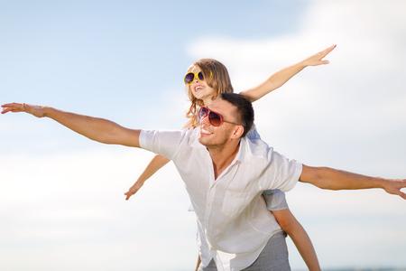 夏の休日、子供たちと人々 のコンセプト - 幸せな父と子青空のサングラス