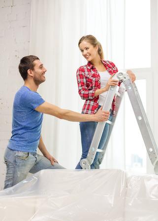 adn: reparaci�n, renovaci�n adn concepto de bienes ra�ces - sonriendo par de colgar cortinas