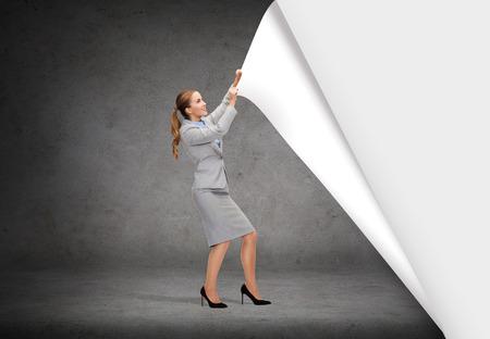 bedrijfs- en onderwijskoncept - lachende zakenvrouw veranderde sceneries Stockfoto