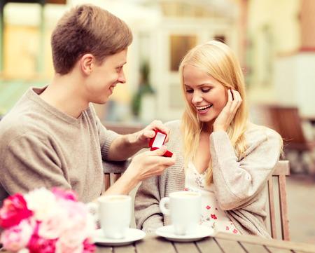 hombre romantico: vacaciones de verano, el amor, los viajes, el turismo, la relaci�n y el concepto de citas - hombre rom�ntico que propone a la mujer hermosa Foto de archivo