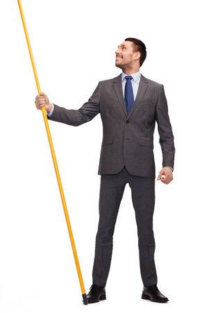 ビジネスと広告コンセプト - 架空のフラグを持つ実業家持株旗竿を笑顔