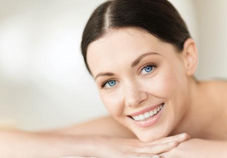 gezondheid en schoonheid, strand en ontspanning concept - vrouw in spa salon liggend op de massage bureau