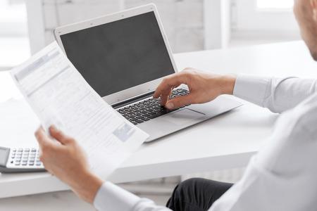 business en office concept - zakenman werken in het kantoor