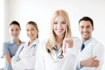 estudiantes medicina: cuidado de la salud y el concepto médico - médico mujer atractiva frente a grupo médico