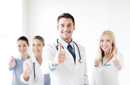 gezondheidszorg en medische - professionele jonge team of groep artsen zien thumbs up