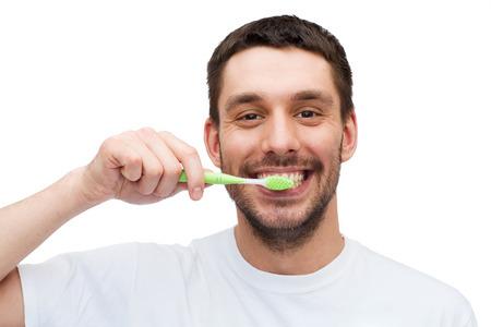 健康と美容のコンセプト - 歯ブラシで若い男の笑みを浮かべて