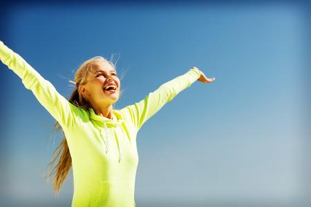 スポーツとライフ スタイル コンセプト - 屋外スポーツをする女性