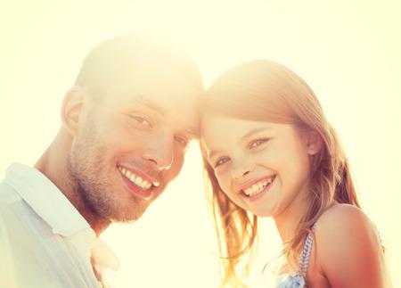 father and daughter: vacaciones de verano, los niños y las personas concepto - feliz padre y niña que se divierten