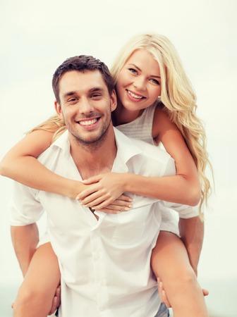 vacaciones de verano, vacaciones, citas y concepto de turismo - pareja feliz se divierten en la playa Foto de archivo