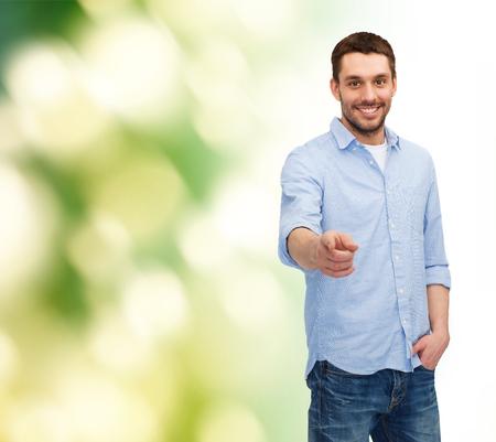 invitando: la felicidad y el concepto de la gente - hombre sonriente que señala el dedo en usted