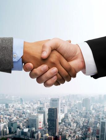 ビジネスおよびオフィス コンセプト - ビジネスマンや実業家握手 写真素材