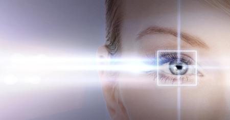ojo humano: salud, visi�n, vista - ojo de la mujer con el marco de la correcci�n con l�ser