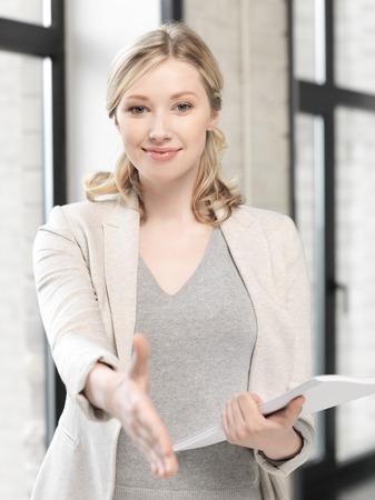 事業コンセプト - 握手のため準備ができて開いている手を持つ素敵な女性 写真素材