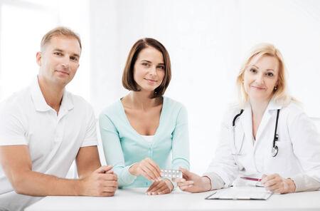 Pacjent: opieki zdrowotnej i medycznej - lekarz daje tabletki do pacjentów