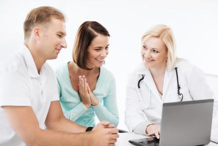 Pacjent: opieki zdrowotnej, medycyny i technologii - lekarz z pacjentów, patrząc na laptopa