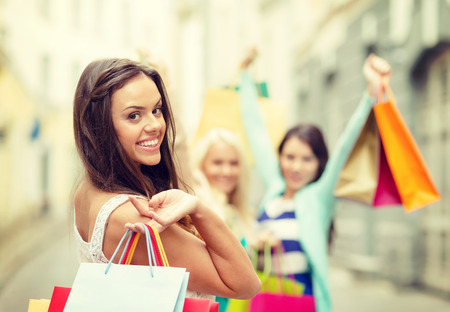 판매, 쇼핑, 관광 및 행복 한 사람들이 개념 - ctiy에서 쇼핑 가방을 가진 아름 다운 여자
