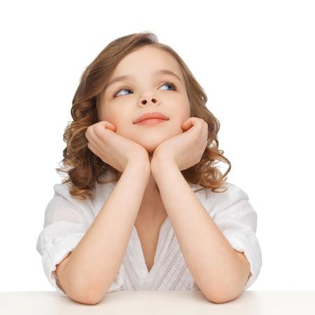 kinderen en gelukkige mensen concept - beeld van de pre-tiener meisje in casual kleding kijken en denken Stockfoto